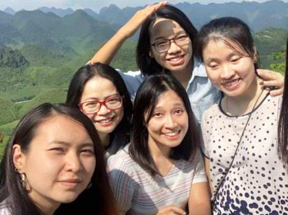 Thu Hương (bìa phải) cùng các bạn trong chuyến công tác ở Hà Giang