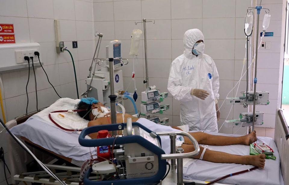 Bác sĩ Bệnh viện Phổi Đà Nẵng chăm sóc cho bệnh nhân COVID-19
