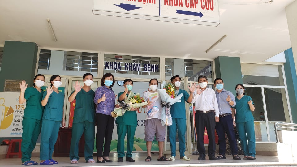 Các y bác sĩ Bệnh viện Dã chiến Hòa Vang vui mừng ngày bệnh nhân cuối cùng xuất viện.