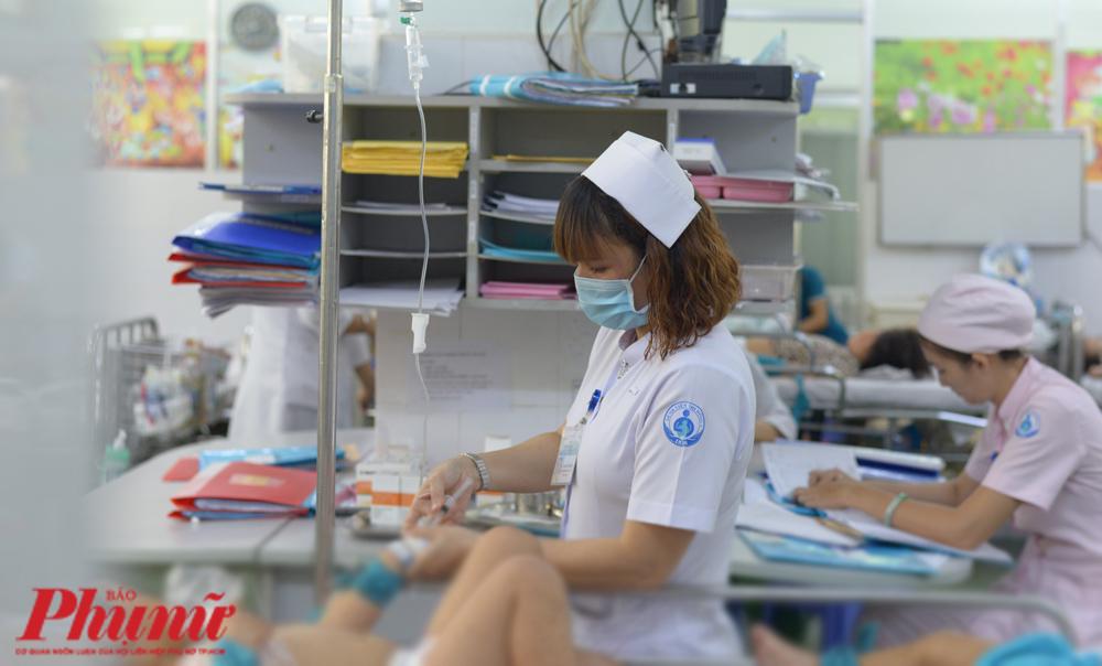 Chăm sóc cho trẻ bị bệnh tay chân miệng tại BV Nhi đồng 1 (TP.HCM). Ảnh: Hiếu Nguyễn