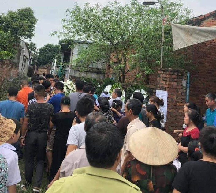Nhiều người dân đã đến đưa tiễn nạn nhân xấu số.