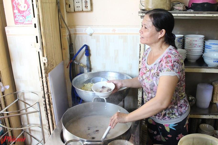 Cháo mực tại quán được nấu với nước hầm xương heo nên thanh ngọt.