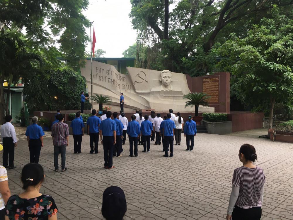 Người dân cùng chào cờ tại công viên Lê Thị Riêng vào sáng thứ Hai hàng tuần