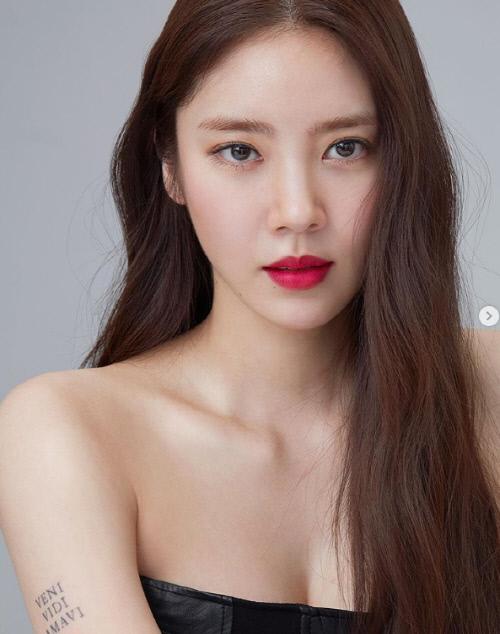 Cận cảnh làn da trắng không tì vết của Son Dam Bi.