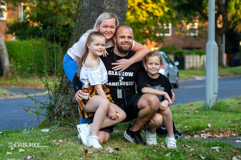 Niềm hạnh phúc ngập tràn khi Wesley cán đích tại ngôi nhà của mình và được chào đón bới 2 cô công chúa nhỏ - Ảnh từ Twitter của nhân vật