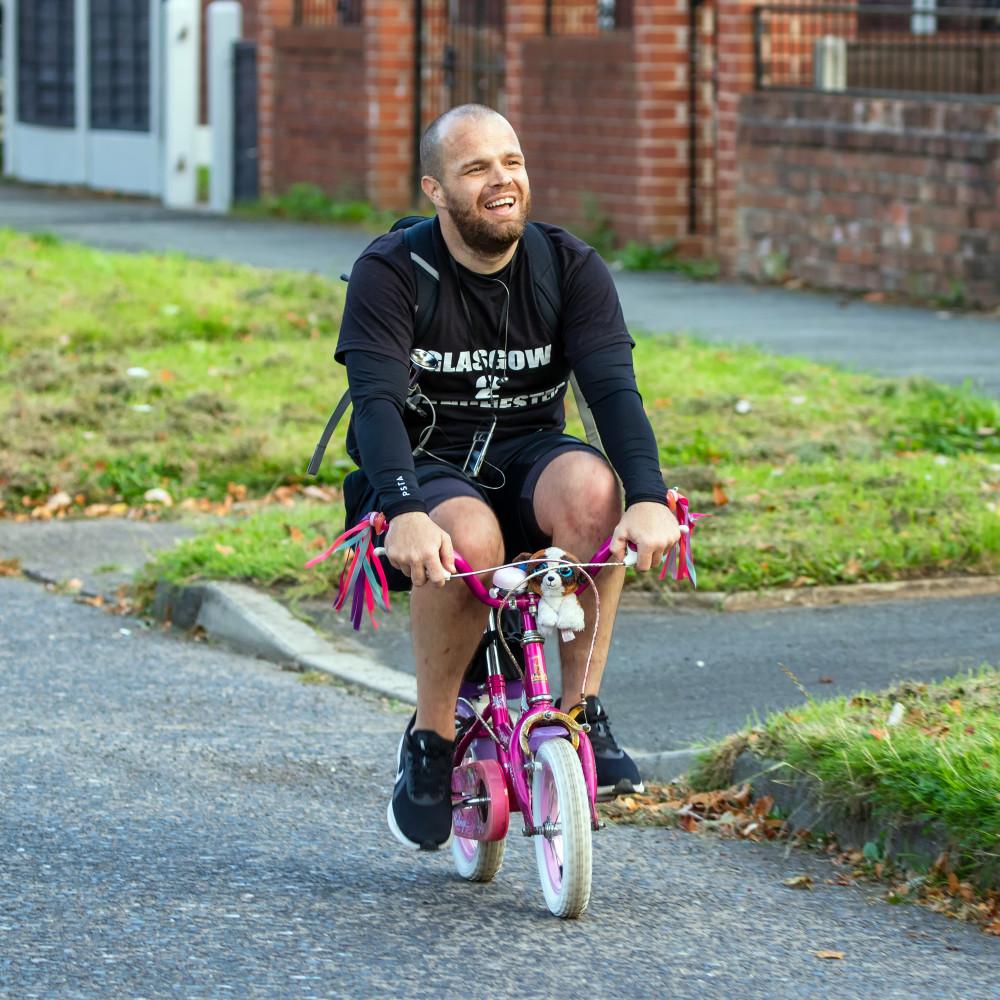 Anh Wesley đã chinh phục đoạn đường dài bằng chiếc xe đạp tí hon của con gái mình - Ảnh: SWNS