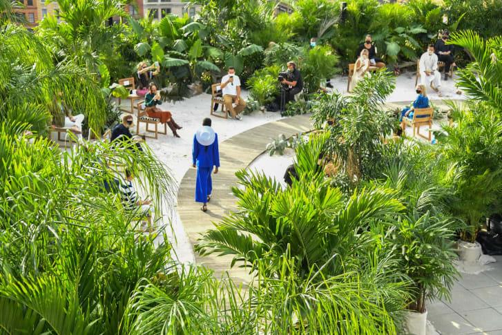 Sàn diễn thời trang của Jason Vu trên tầng thượng tòa nhà và chỉ có 30 khách mời