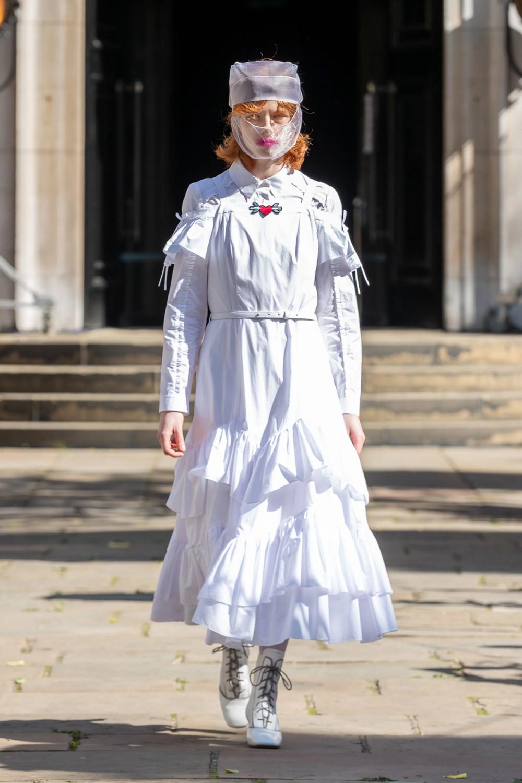 Một mẫu trang phục với chiếc khẩu trang trong suốt trong bộ sưu tập lấy cảm hứng từ đại dịch của Bora