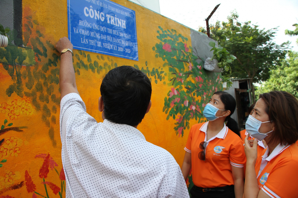 Hội viên phụ nữ quận 3 với công trình vẽ tranh 3D, xóa điểm đen về rác và ô nhiễm cho bức tường dọc kênh Nhiêu Lộc, P.7, Q.3- Ảnh Hoài An.