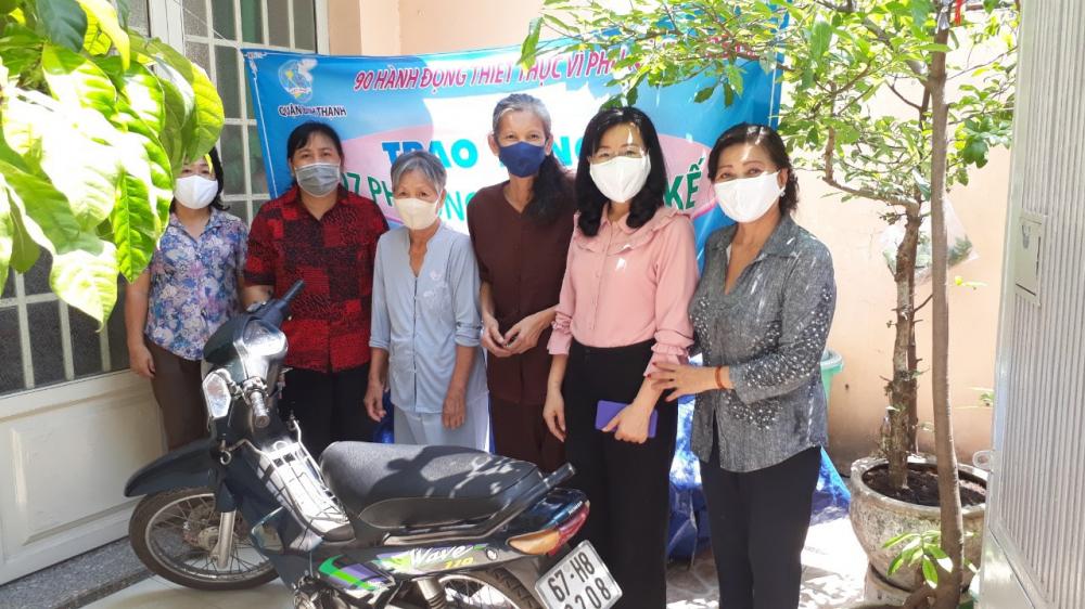Hội LHPN TPHCM quận Bình Thạnh trao phương tiện làm ăn cho phụ nữ nghèo.- Ảnh Mai Tuấn