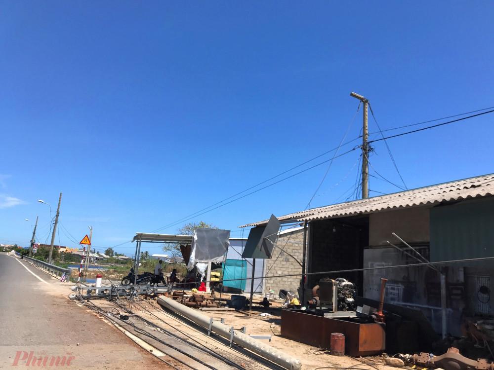 Trụ điện ngả đổ ở khu vực gân cầu Diên Trường ( huyện Phú Vang)