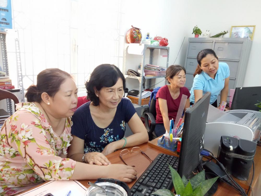 Hội viên phụ nữ học nâng cao trình độ về tin học, cách thức xử lý văn bản, chuyển tải văn bản nhằm hạn chế tài liệu giấy - Ảnh Diễm Trang.
