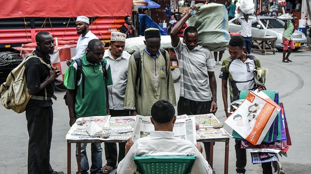 Trong khi cả thế giới đang căng mình chống chọi với đại dịch COVID-19 thì người dân ở Dar es Salaam, thành phố lớn nhất Tanzania, vẫn bình chân như vại và không hề áp dụng biện pháp phòng chống dịch nào - Ảnh: Ericky Boniphace/AFP