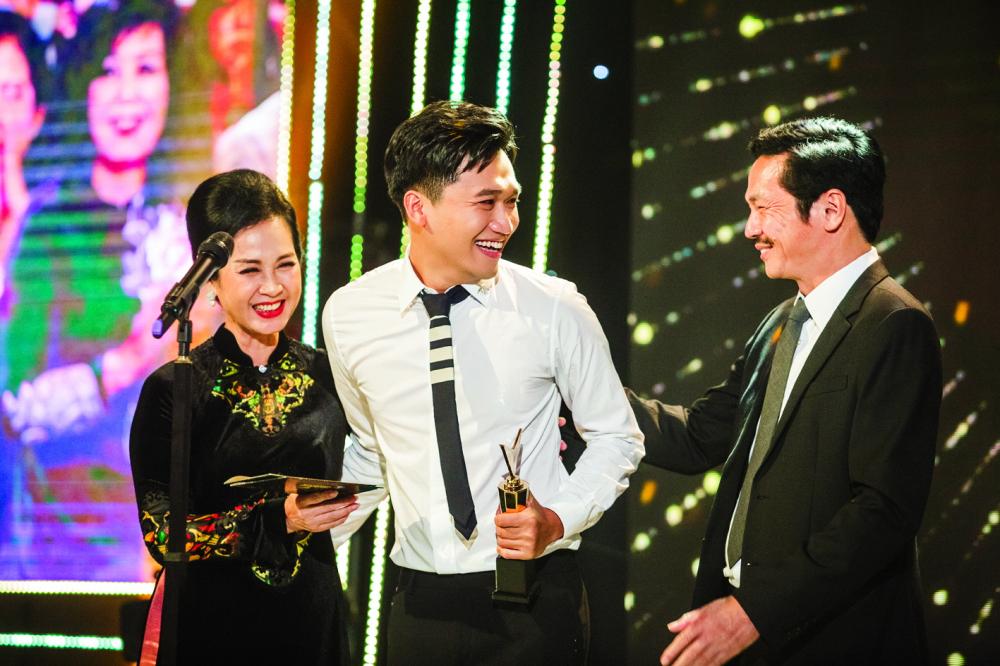 Diễn viên Xuân Nghị nhận cúp Nam diễn viên ấn tượng tại lễ trao giải VTV Awards 2020