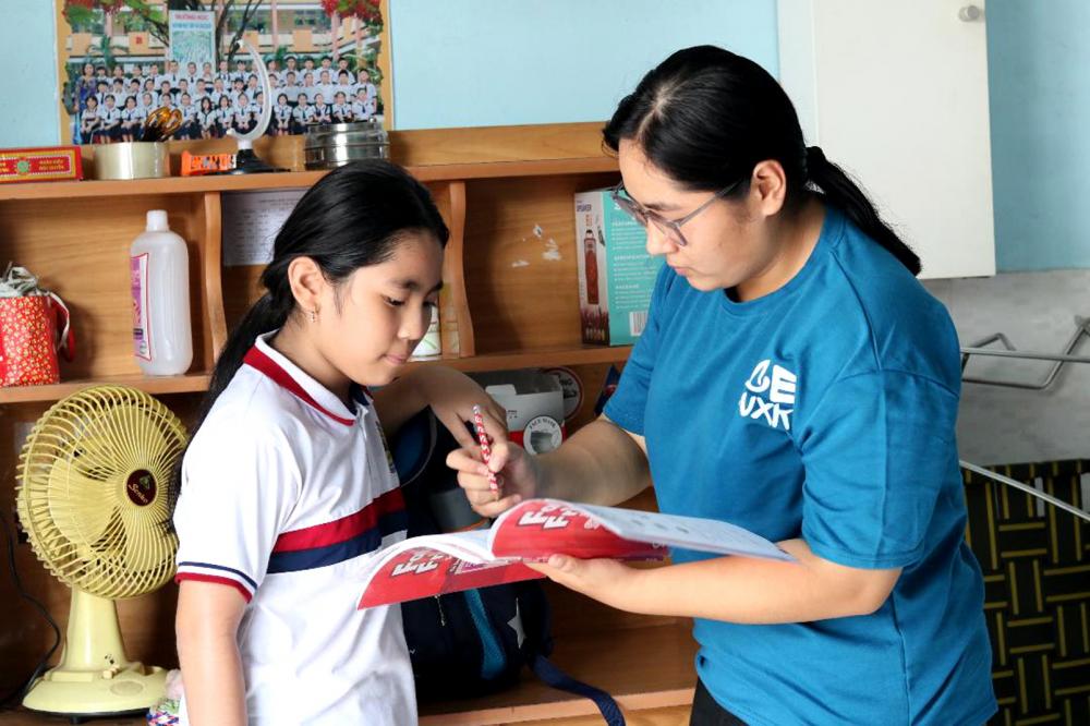 Mỹ Dung kề cận chăm sóc, hướng dẫn em gái học hành