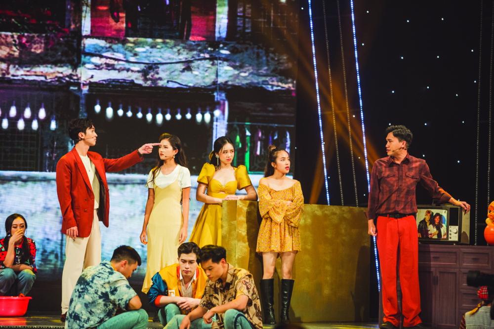 Diễn viên Xuân Nghị cùng các đồng nghiệp diễn lại trích đoạn trong bộ phim Nhà trọ Balanha tại lễ trao giải VTV Awards 2020