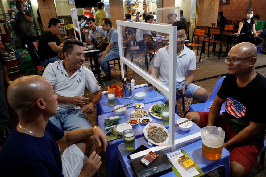 Ngay từ đầu làn sóng thứ nhất, chính phủ Việt Nam đã thông báo rõ ràng với công chúng về sự bùng phát dịch - Ảnh: Reuters