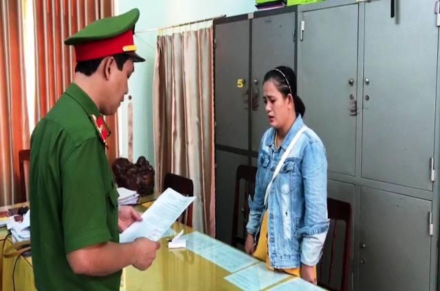 Công an tỉnh Quảng Ngãi thực hiện lệnh khởi tố bị can đối với Phạm Thị Giang - ảnh CACC