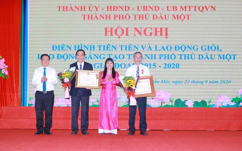 Ông Lê Nguyên Hòa - Phó chủ tịch Hội đồng quản trị NutiFood đại diện gần 6000 cán bộ nhân viên đón nhận Huân chương Lao động hạng ba. Ảnh do NutiFood cung cấp.