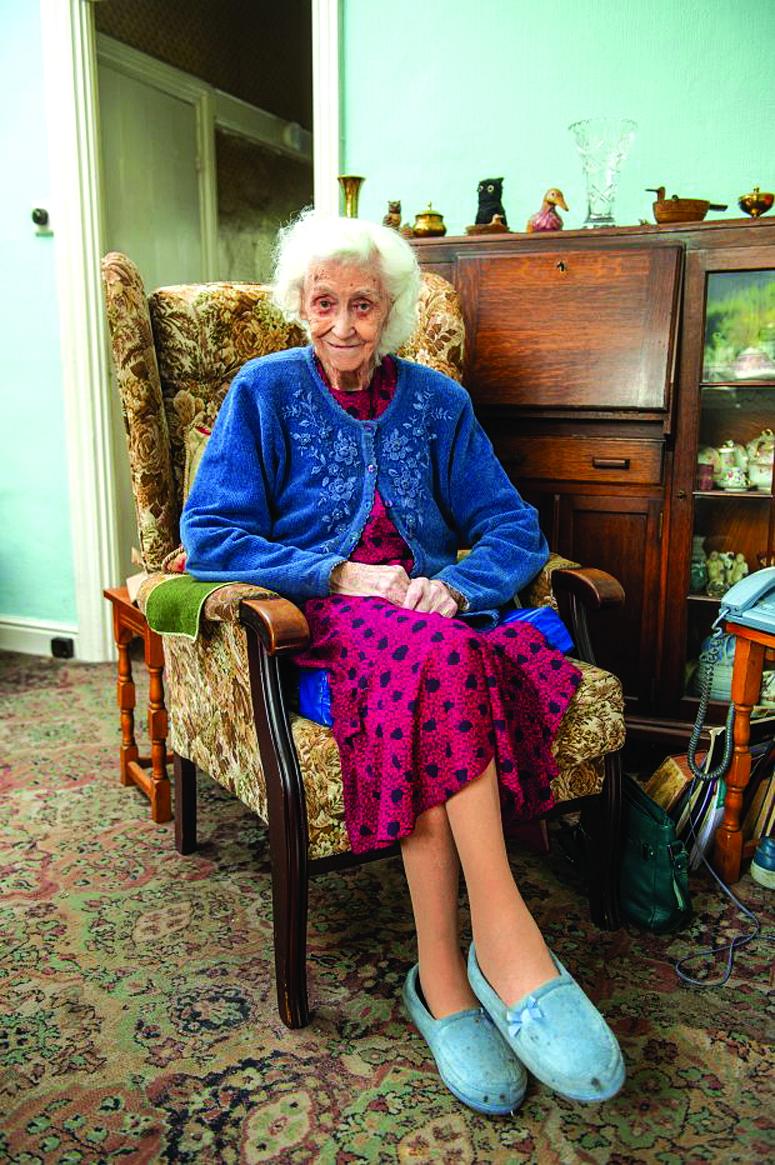 Bà Vera đón sinh nhật tại căn nhà thuở ấu thơ của mình - Ảnh: South West News Service/The Sun