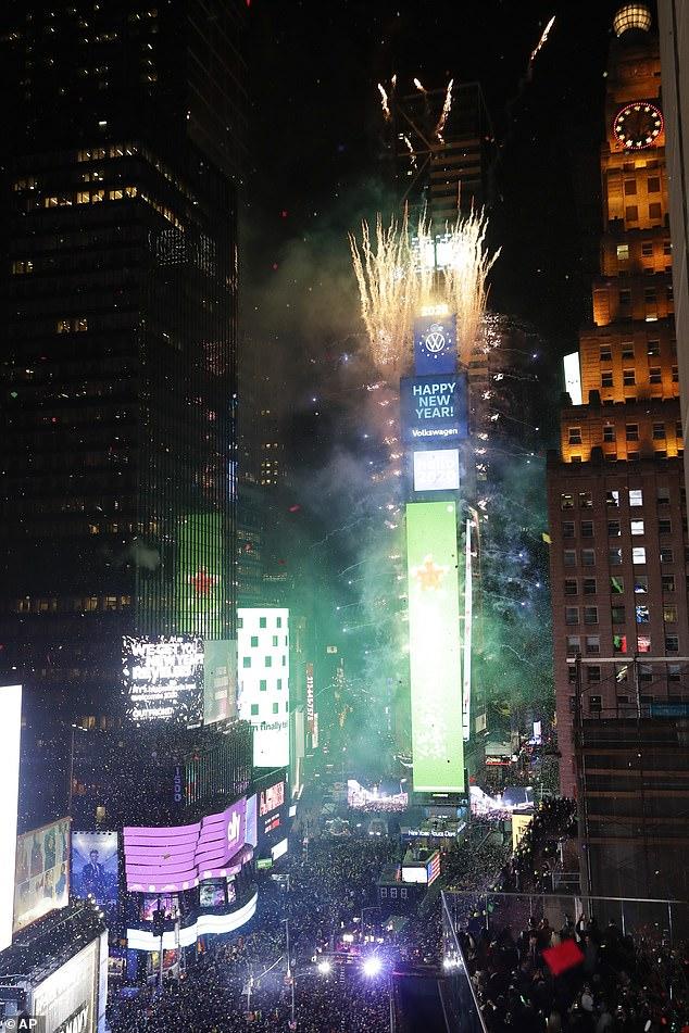 Hằng năm,Quảng trường Thời đại thu hút hơn 1 triệu người đổ xô đến New York mừng năm mới và theo dõi lễ hạ quả cầu pha lê.