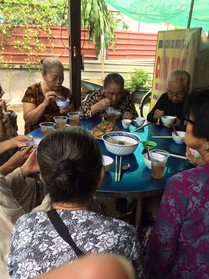 Tại các buổi Nấu ăn dinh dưỡng này, các mẹ không chỉ được chăm sóc bằng bữa ăn an toàn bổ dưỡng mà còn có cơ hội giao lưu tạo không khí vui vẻ.