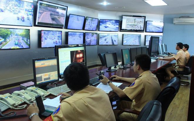 CSGT phối hợp với Trung tâm Quản lý điều hành giao thông đô thị trao đổi dữ liệu hình ảnh vi phạm giao thông - ảnh: PC08.