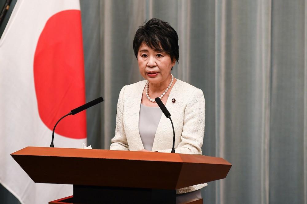 Bộ trưởng Tư pháp Yoko Kamikawa phát biểu tại buổi lễ ra mắt nội các mới của Nhật bản hôm 16/9 - Ảnh: Charly Triballeau/AFP