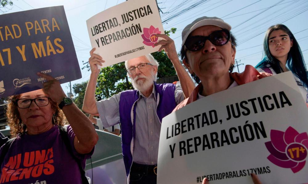 Các tổ chức bảo vệ nữ quyền của El Savador đã và đang đấu tranh mạnh mẽ nhằm kêu gọi chính phủ hủy bỏ những điều luật sai trái tác động xấu đến phụ nữ - Ảnh: Marvin Recinos/AFP