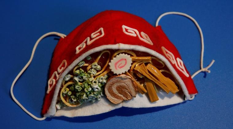 Takahiro Shibata đã sử dụng phần hơi mờ như hiệu ứng độc đáo cho chiếc khẩu trang mô phỏng tô mì ramen nổi tiếng của Nhật Bản. Chiếc khẩu trang được làm từ vải nỉ và đất sét, với những chi tiết nhỏ mô tả sống động món ăn như: sợi mì, hành lá, măng, thịt lợn...