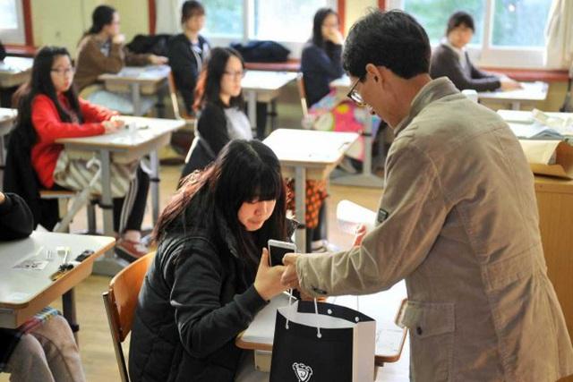 Gíao viên Hàn Quốc được sử dụng một phần mềm tắt điện thoại của học sinh từ xa. Ảnh minh họa