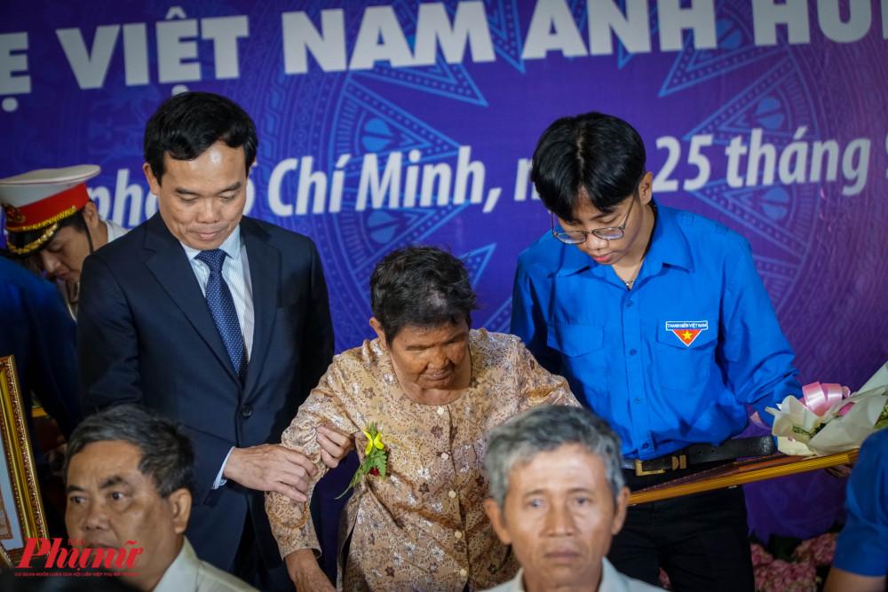 Vì lý do sức khỏe, một số đại diện gia đình Bà mẹ Việt Nam Anh Hùng được các lãnh đạo dìu xuống sân khấu
