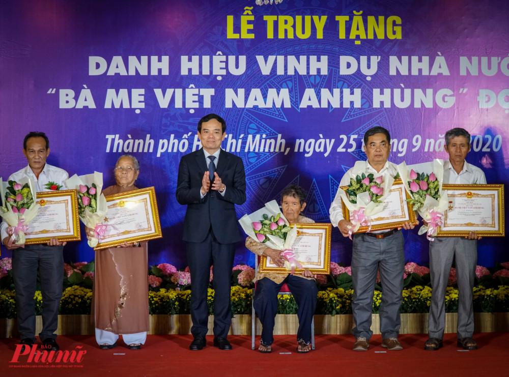 Ông Trần Lưu Quang – Phó Bí thư Thường trực Thành ủy TPHCM trao danh hiệu cho đại diện gia đình các bà Mẹ VNAH
