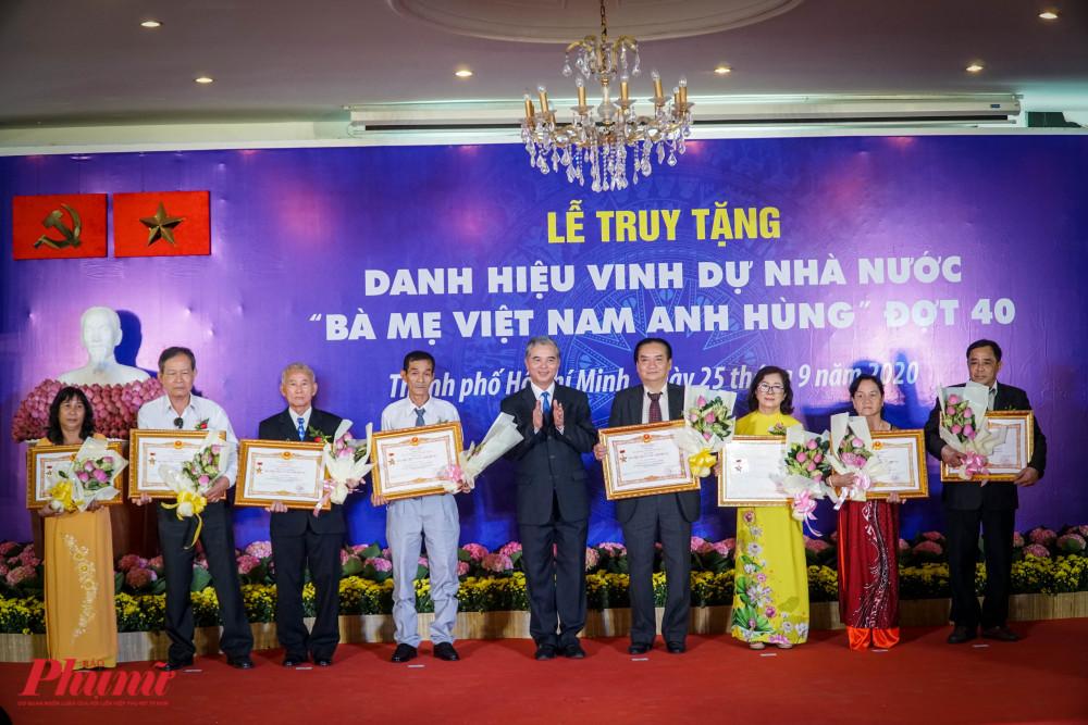 Ong Ngô Minh Châu – Phó Chủ tịch UBND TPHCM tặng hoa chúc mừng đại diện các gia đình được truy tặng danh hiệu vinh dự Nhà nước Bà Mẹ Việt Nam Anh Hùng