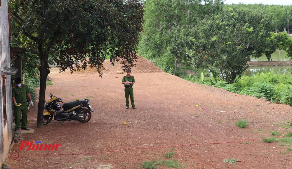 Cảnh sát khám nghiệm hiện trường vụ án.