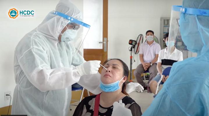 TPHCM phết mũi họng lấy mẫu xét nghiệm COVID-19 cho người dân. Ảnh: HCDC