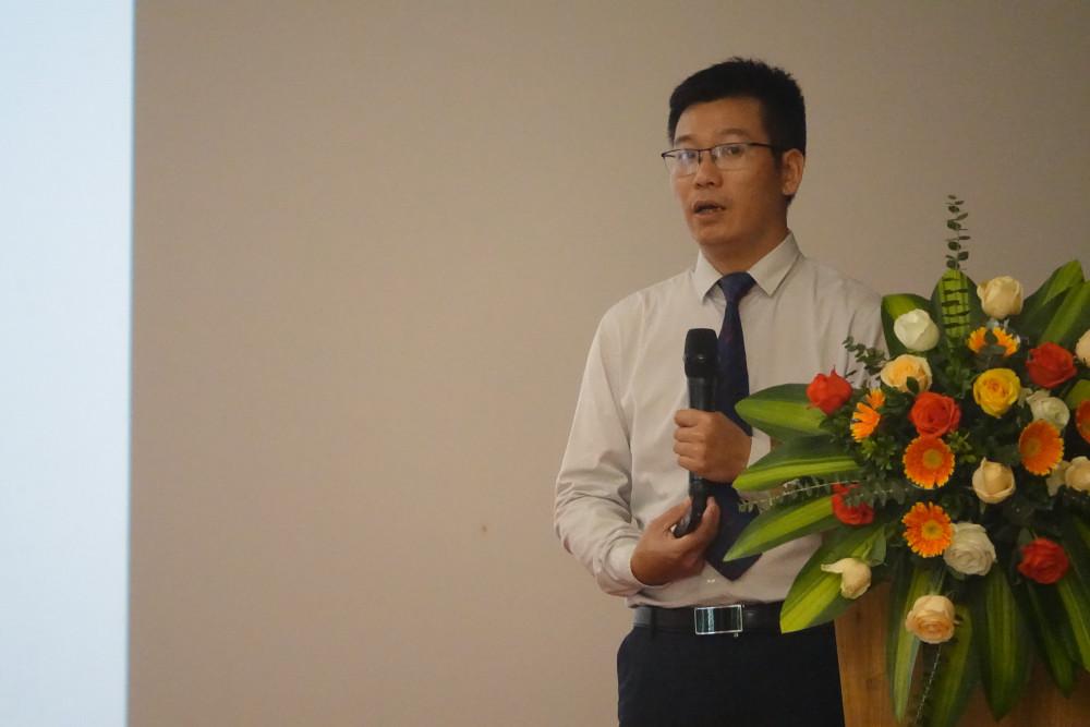 Ông Nguyễn Chấn báo cáo về tình hình hoạt động của truyền hình trả tiền tại Việt Nam,