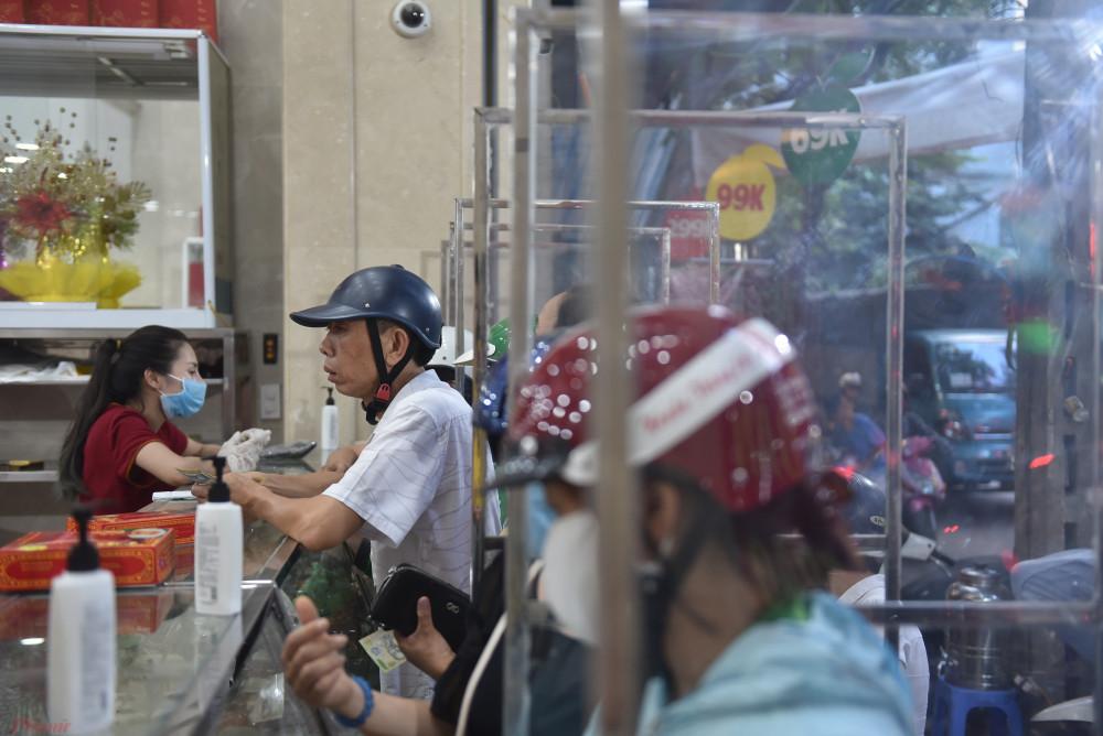 Theo chủ tiệm bánh chia sẻ, dù tình hình dịch bệnh đang được cơ quan chức năng kiểm soát rất tốt trong nhiều ngày qua. Tại Hà Nội cũng như các tỉnh thành trong cả nước không ghi nhận ca nhiễm COVID-19 mới. Tuy nhiên để chủ động phòng chống COVID-19, cửa hàng đã dựng vách ngăn, đảm bảo khoảng cách an toàn cho người đến mua.
