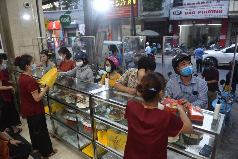 Tại Hà Nội, tiệm bánh nổi tiếng Bảo Phương (Thụy Khuê, Tây Hồ, Hà Nội) cũng thường xuyên trong cảnh chật kín khách đợi mua bánh.tiệm bánh Trung thu Bảo Phương, mặc dù giá thực phẩm, nguyên liệu mỗi năm một tăng nhưng suốt 5,6 năm qua cửa hàng vẫn giữ nguyên giá bánh. Lượng khách mỗi ngày một đông, xuyên suốt từ Nam ra Bắc.