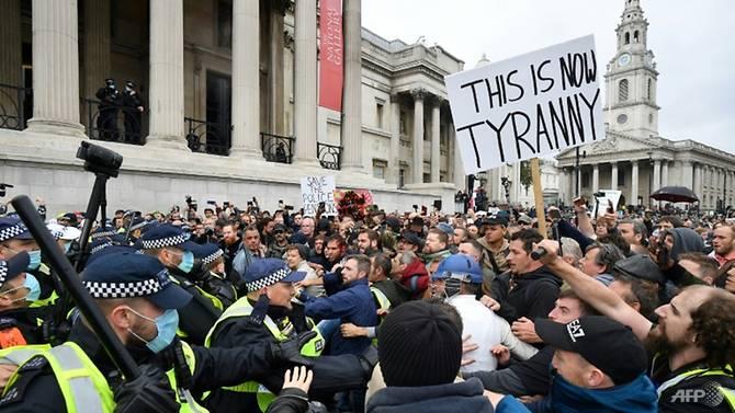 Cảnh sát và người biểu tình tại London đụng độ.