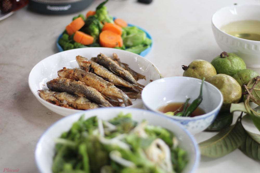 Má tôi thích nhất là cuộn cá và rau sống, rồi chấm nước mắm.