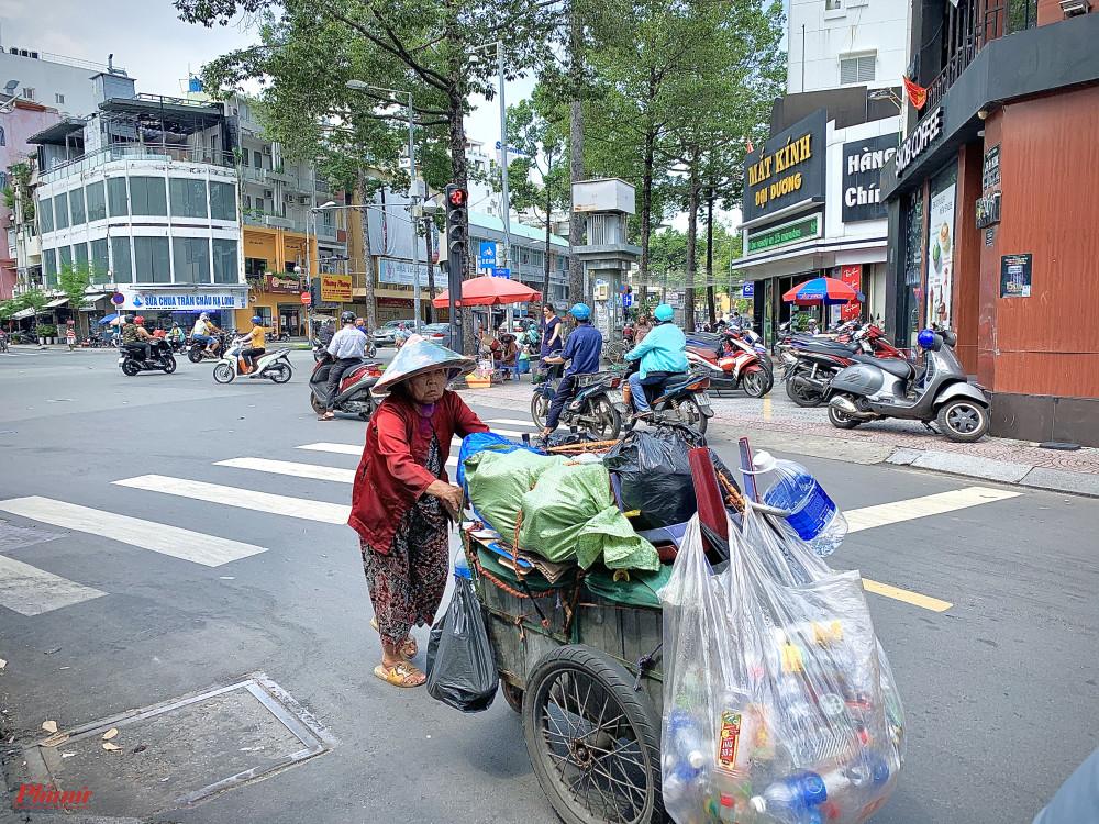 Cụ T, 75 tuổi, mua nhôm nhựa từ năm 1979 tới nay