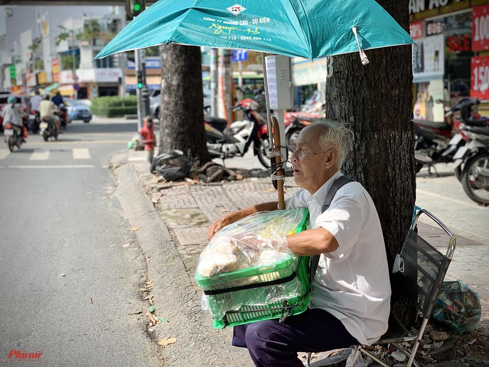 Cụ Quang, 71 tuổi ngồi bán bánh