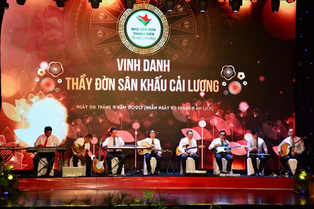 Các thầy đờn được vinh danh trong lễ giỗ tổ sân khấu được Nhà Văn hoá Thanh niên TPHCM tổ chức sớm