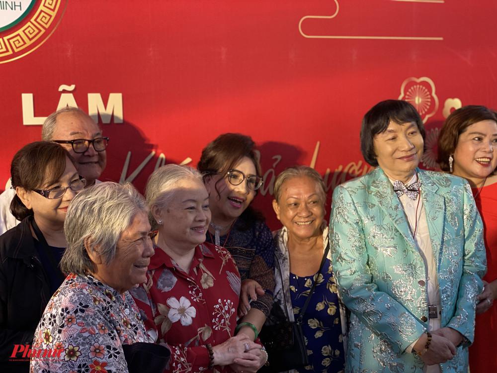 NSND Lệ Thuỷ và NSND Minh Vương chụp ảnh lưu niệm cùng các nghệ sĩ kỳ cựu như: NS ƯT Thanh Nguyệt, NS ƯT Hùng Minh