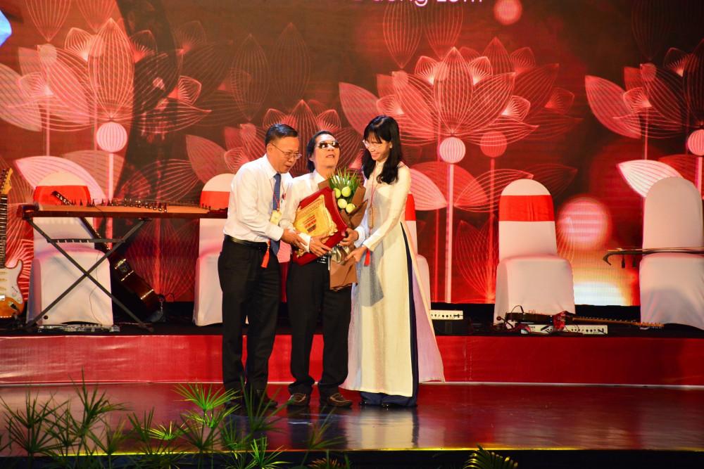 NSND Văn Giỏi được vinh danh trên sân khấu