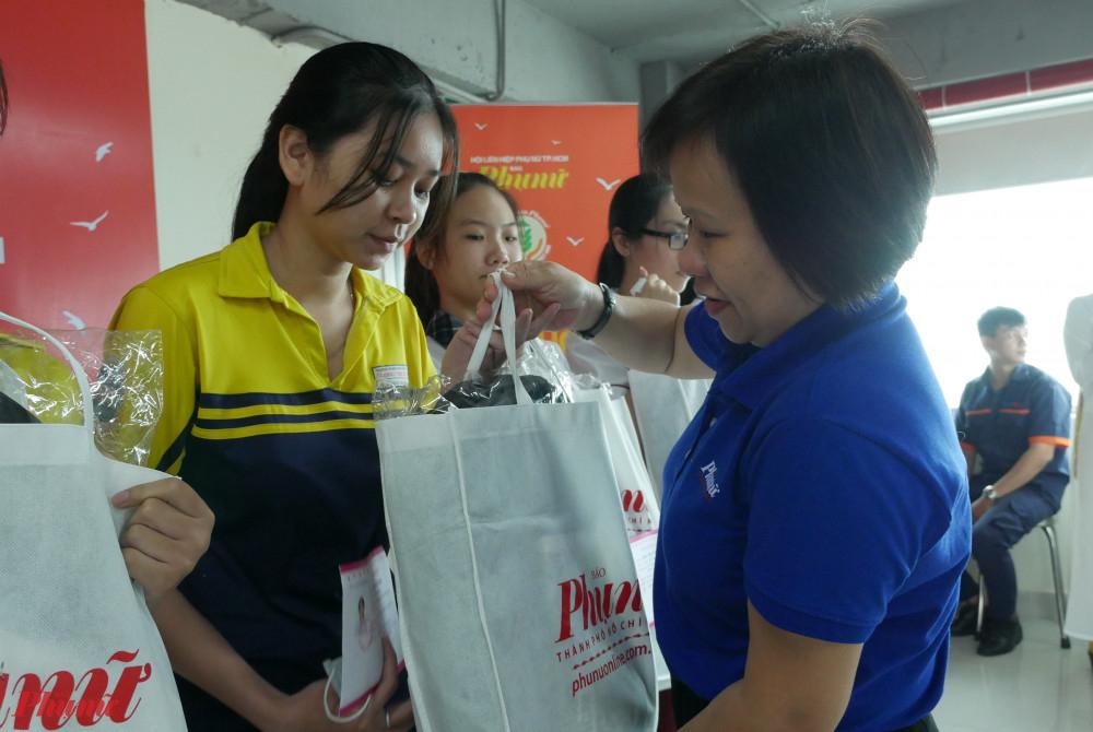 Bà Tạ Thị Nam Hồng – Phó Tổng biên tập Báo Phụ nữ TPHCM tặng học bổng cho các nữ sinh hiếu học