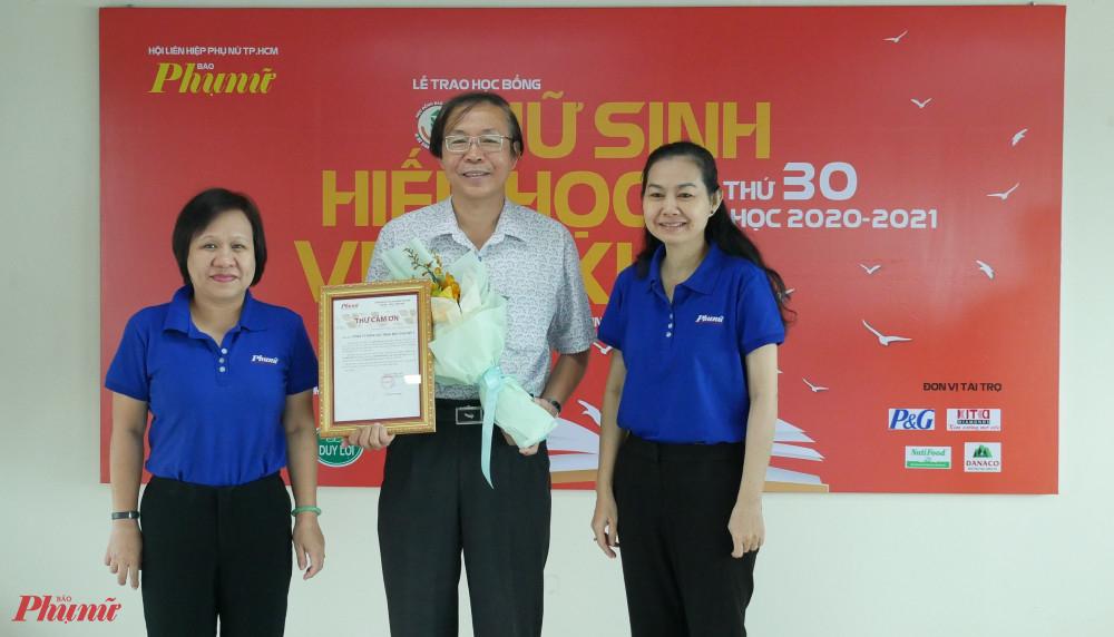 Báo Phụ nữ tặng thư cảm ơn và hoa đến Công ty Điện lực TNHH BOT Phú Mỹ 3 - đơn vị tài trợ chương trình học bổng Nữ sinh hiếu học, vượt khó của Báo