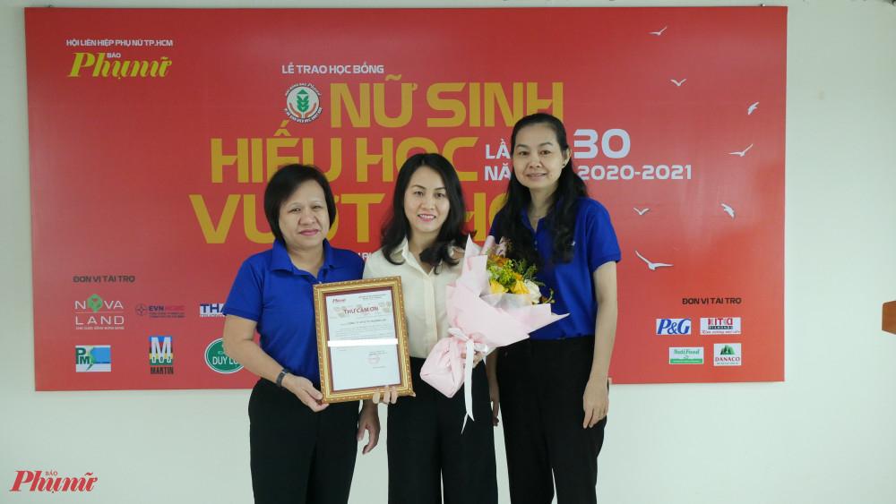 báo Phụ nữ tặng thư cảm ơn và hoa đếnCông ty CP Ô tô Trường Hài - đơn vị tài trợ