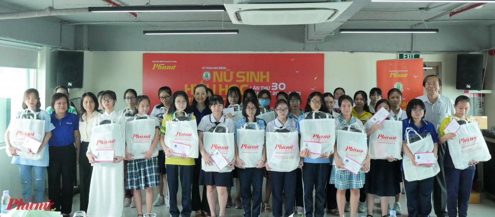 Báo Phụ nữ TPHCM và các đo8n vị tài trợ tặng học bổng cho các em nữ sinh hiếu hoc